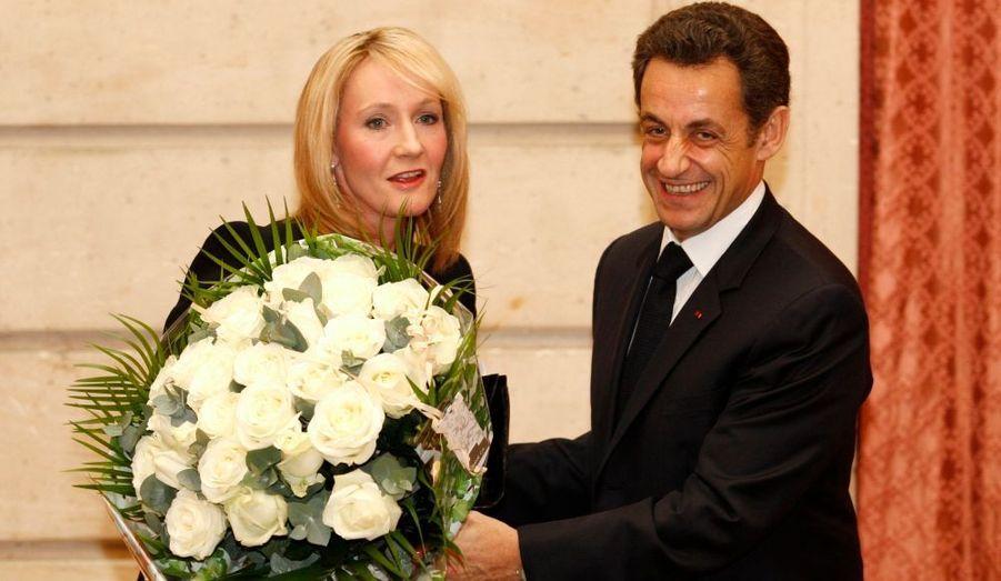 """Nicolas Sarkozy a remis mardi la Légion d'honneur à J.K. Rowling, la créatrice de la série Harry Potter, saluant une """"femme au talent exceptionnel"""" qui a su redonner le goût de la lecture aux enfants. """"Avec vous, ils comprennent que la lecture n'est pas une punition"""", a-t-il dit, indiquant que la France, où elle a vendu 24 millions d'exemplaires des aventures de l'apprenti sorcier, avait tenu à l'honorer """"pour tout ce que vous avez apporté à la jeunesse en général et aux enfants français en particulier""""."""