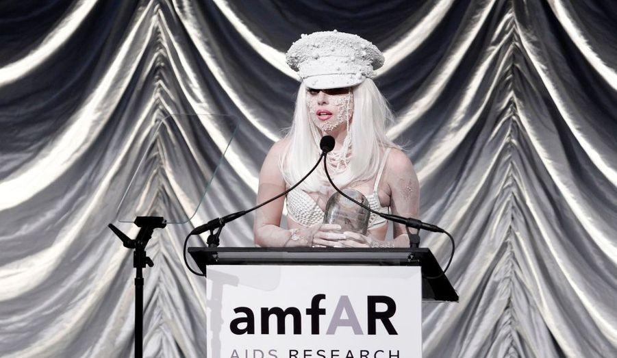 La chanteuse de Bad Romance et son dernier look extravagant lors du gala de l'amfAR (la fondation de recherche contre le sida) à New-York.