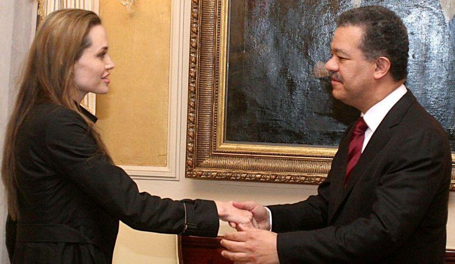 Angelina Jolie a rendu visite hier au président de République dominicaine, Leonel Fernandez, ainsi qu'à des enfants haïtiens soignés dans ce pays voisin après le terrible tremblement de terre qui a fait plus de 200 000 morts le 12 décembre dernier.