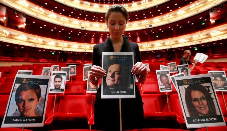 """Une organisatrice pose une photo de Colin Firth, sur le fauteuil où sera assis l'acteur du """"Discours d'un roi"""" à l'occasion de la cérémonie des Bafta, les Oscars anglais."""