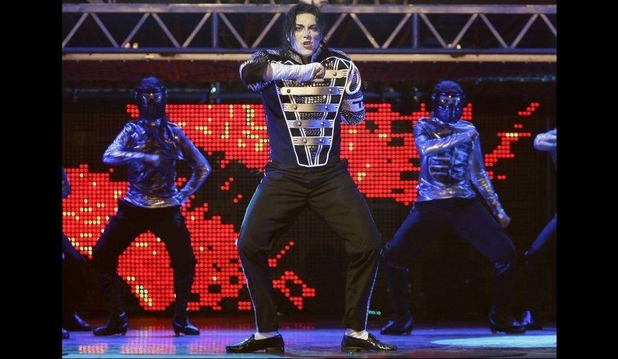 """Un énième hommage à Michael Jackson, à Madrid. Un acteur l'imite dans le cadre du spectacle """"Forever King of Pop"""" (le roi de la pop poyr toujours)."""