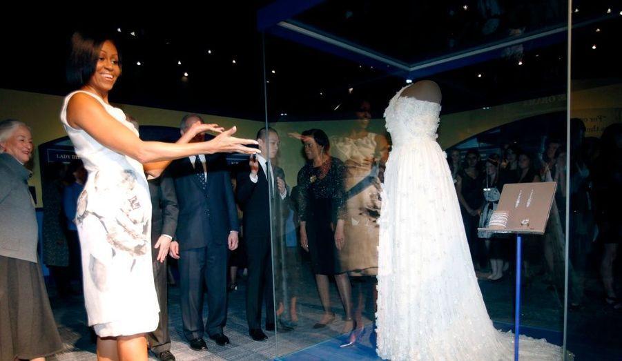 La première dame américaine, Michelle Obama, fait don de sa robe de bal 2009 au musée national de la Smithsonian, institution de l'histoire américaine à Washington. Ce legs s'inscrit dans la longue tradition des premières dames qui offrent leurs robes d'investiture à la Smithsonian.