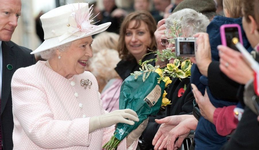 La Reine Elizabeth salue les personnes venues à l'accueillir à Margate, dans le Sud de l'Angleterre, où elle est venue en visite ce 11 novembre.
