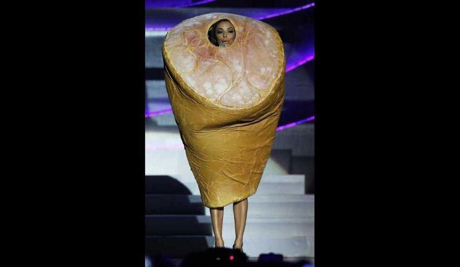 Eva Longoria n'est pas seulement belle et bonne actrice. Présentatrice des MTV Europe Music Awards dimanche soir, Madame Parker n'a pas eu peur de jouer à fond l'auto-dérision et l'humour. Si elle s'est montrée tout aussi sexy qu'à son habitude, en changeant neuf fois de tenues, la jeune femme s'est aussi amusée à rejouer le clip promotionnelle de la cérémonie, en rappant aux côtés de beaux mâles vêtus de slips Lo-ng-or-ia. Elle est en outre apparue avec un costume Jambonneau, en hommage à la désormais célèbre robe-viande de Lady GaGa. Chapeau Eva!