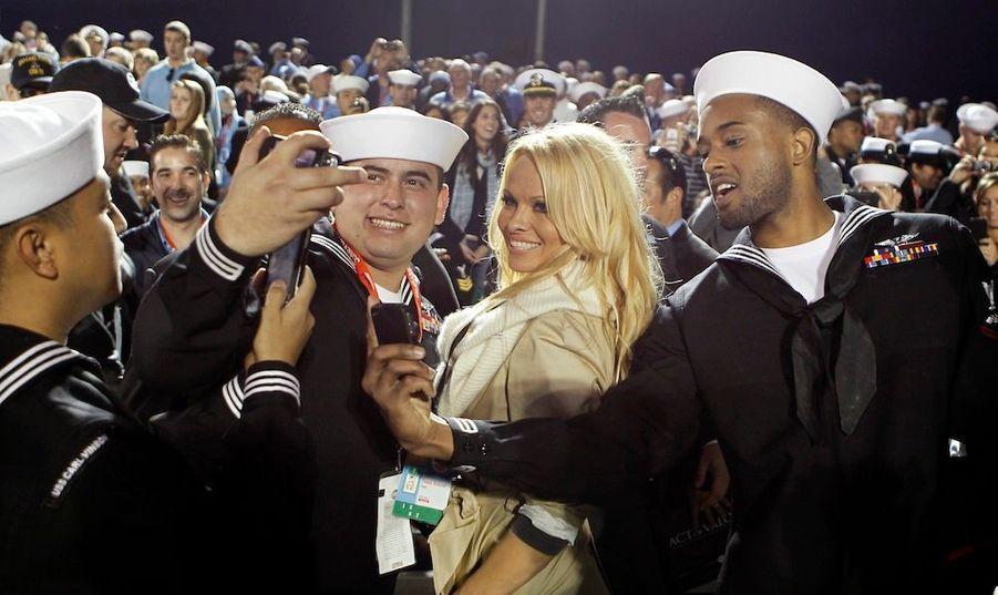 Pamela Anderson entourée de Marines à l'occasion du premier match de basket ball joué sur un porte-avion, en hommageaux forces armées américaines à travers le monde.