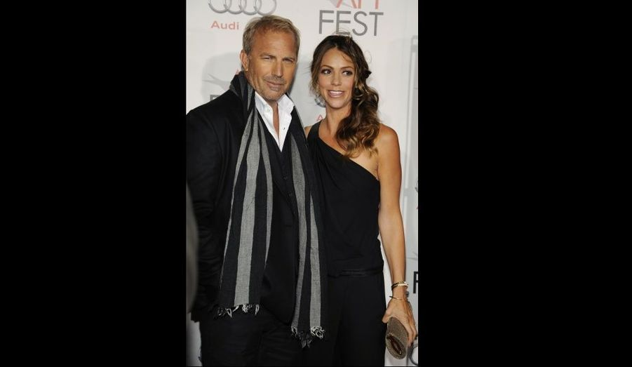 Kevin Costner et sa femme Christine Baumgartner à l'avant-première de The Company Men, à Los Angeles.