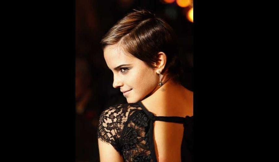 Emma Watson a fait un changement de style remarqué à la première du dernier opus d'Harry Potter jeudi à Londres. Avec sa robe noire en dentelle Rafael Lopez, ses escarpins Charlotte Olympia, et sa nouvelle coupe de cheveux qui lui sied à merveille, la jeune fille de 20 ans semble bel et bien avoir fait son entrée dans le monde des femmes…
