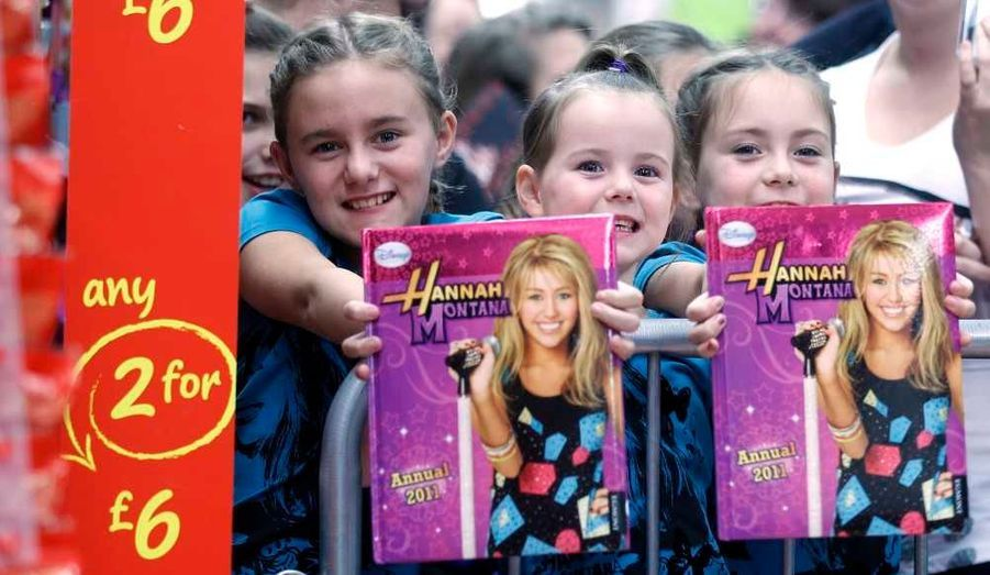 """Une foule de jeunes fans attendait Miley Cyrus au centre commercial Asda à Derby, en Angleterre, où elle s'est rendue hier pour promouvoir sa ligne de vêtements """"Miley Cyrus And Max Azria"""" qui a été lancée il y a quelques semaines."""