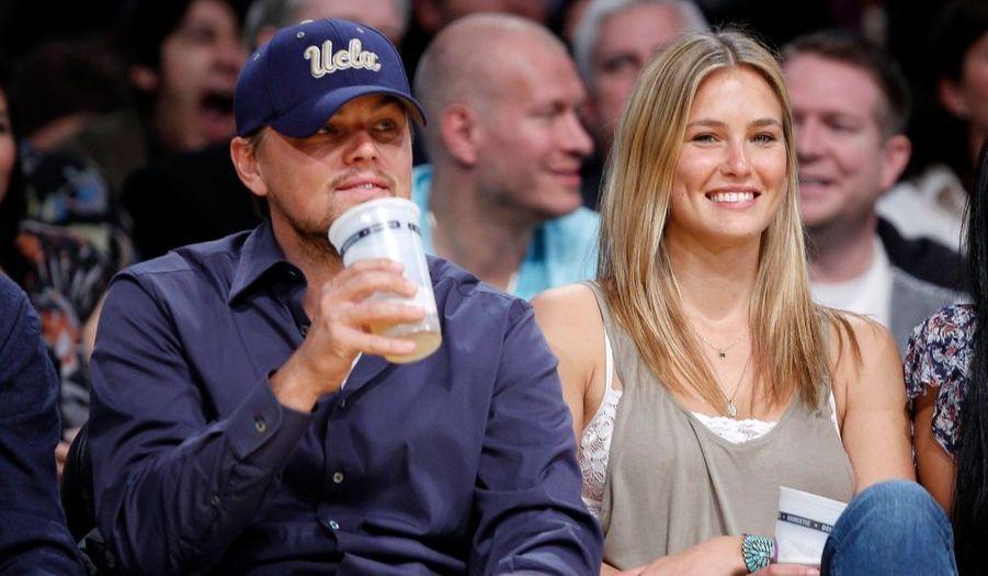 Leonardo DiCaprio et sa compagne Bar Refaeli à un match opposant les Lakers à Oklahoma, au cours duquel les premiers ont repris la main après deux défaites consécutives.