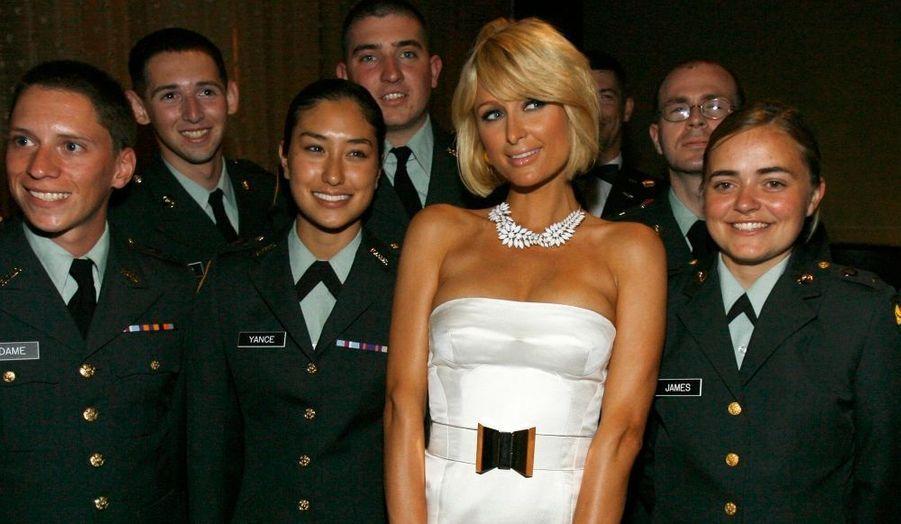 Plutôt discrète en ce moment, Paris Hilton a pris la pose hier soir à l'occasion de la soirée de gala du premier Sommet pour la santé des femmes africaines à Los Angeles.