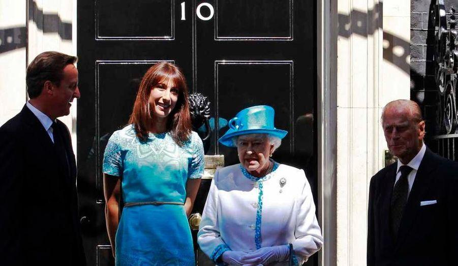 Elizabeth II et le prince Philip ont rencontré, ce mardi, le Premier ministre David Cameron et son épouse Samantha, au 10, Downing Street à Londres, dans le cadre du jubilé de diamant de la reine.