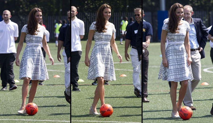 La Princesse Kate a tapé ce jeudi dans le ballon au Bacons College de Londres, où les Princes Williams et Harry ont lancé un programme sportif.