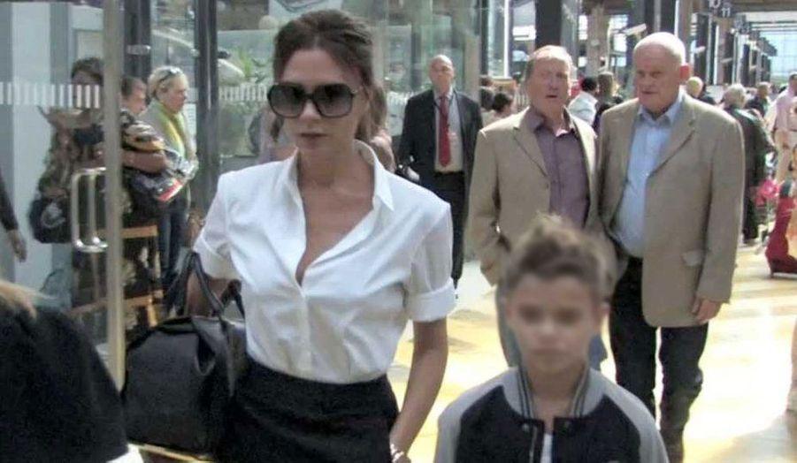 Victoria Beckham arrivant avec son fils Roméo à la gare du Nord, ce lundi à Paris.