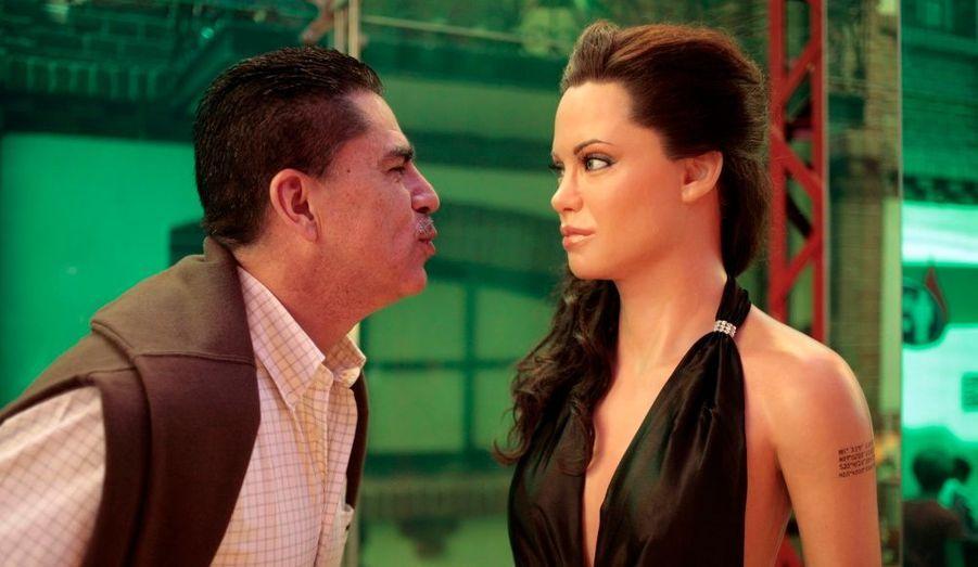 Un visiteur essaie d'embrasser Angelina Jolie... ou plutôt sa statue du musée de cire de Mexico. Celles de l'actrice et de son compagnon Brad Pitt y sont entrées récemment.