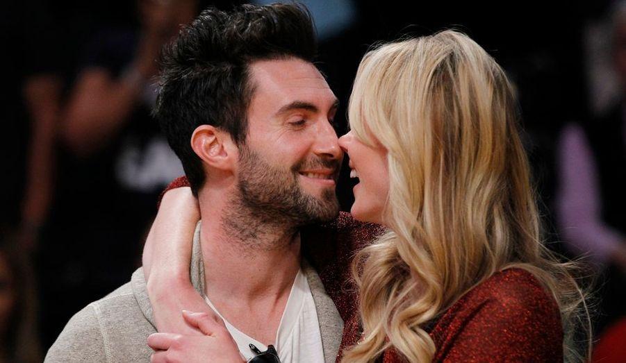 Adam Levine, le chanteur des Maroon Five, embrasse sa petite amie russe, le mannequin Anne Vyalitsyna lors de la rencontre Los Angeles Lakers-Chicago Bulls.