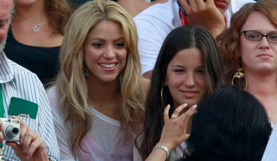 La belle Shakira n'est pas passée inaperçue alors qu'elle venait assister au match opposant Rafael Nadal à Paul-Henri Mathieu aux Internationaux de Grande-Bretagne, à Londres. L'Espagnol a facilement dominé le Français en trois manches (6-4, 6-2, 6-2). L'Alsacien, qui a ressenti des douleurs dans le bas du dos au début du troisième set, n'est jamais parvenu à inverser la tendance. Le n°1 mondial sera opposé à Robin Söderling au prochain tour, pour la revanche de la finale du dernier Roland-Garros
