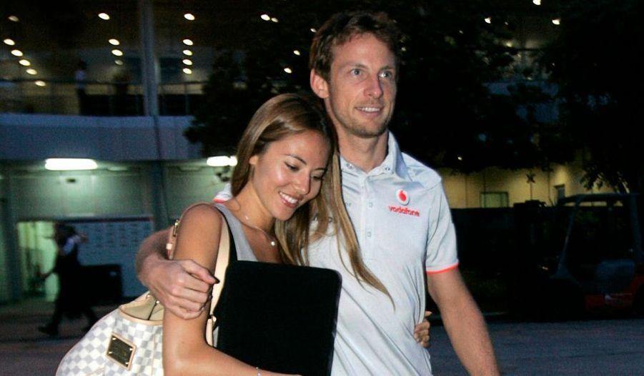 Le pilote de Formule Un McLaren Jenson Button, avec sa ravissante petite amie Jessica Michibata, après la séance de qualifications pour le Grand Prix de Malaisie. Jenson Button, victime d'un tête-à-queue pendant la Q1, n'est pas reparti en Q2, ce qui le condamne à la 17e place.