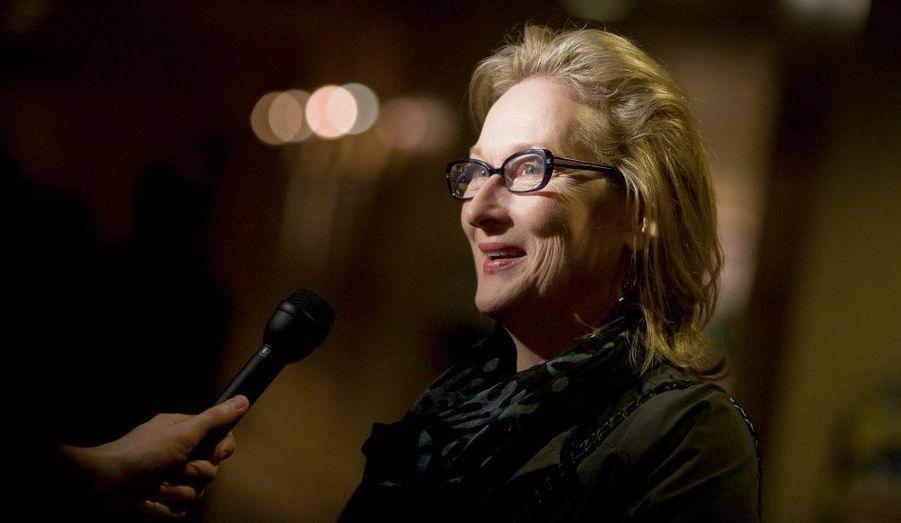 Meryl Streep est interviewée à son arrivée à l'avant-première du film La dame de fer, dans lequel elle campe Margaret Thatcher, à Washington.