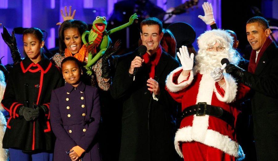 Le président Barack Obama et sa famille chantent avec le personnage de Kermit et l'animateur Carson Daly, après l'illumination de l'arbre de Noël national à Washington.