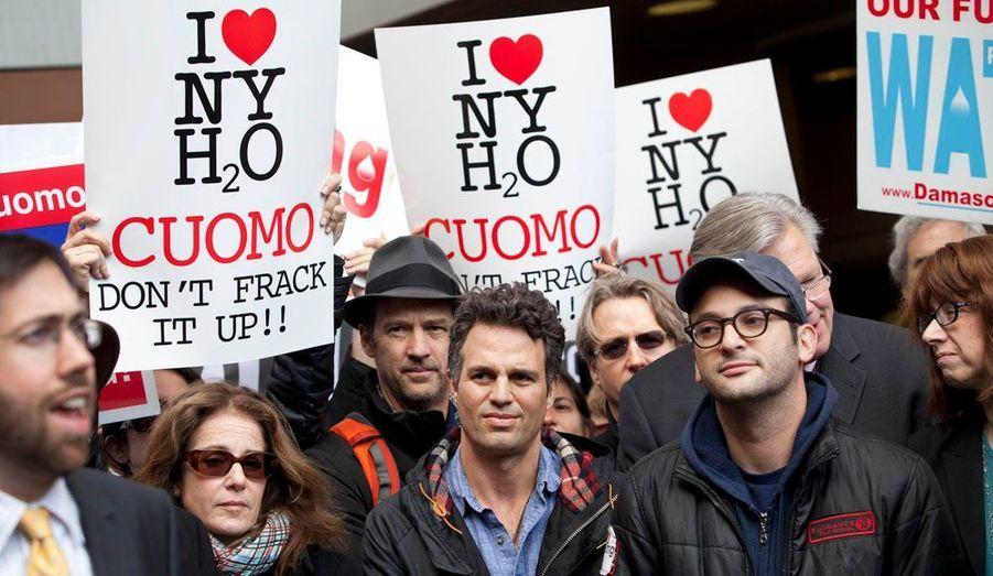 Mark Ruffalo (au centre) etJosh Fox (à droite) ont participé hier à une manifestation contre le projet de fracturation hydraulique à New York.