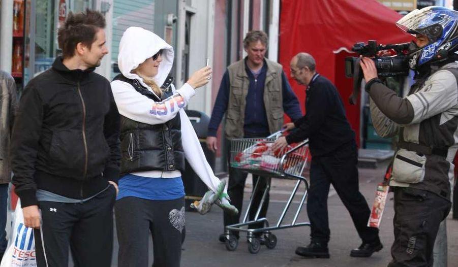 Matt Belamy et sa fiancée Kate Hudson s'amusent à photographier avec leur iPhone les paparazzi qui les suivent à Londres.