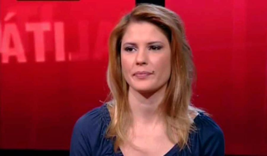 """Nadia Macri, une ex-call-girl de 28 ans, a dit dimanche à la chaîne privée italienne Sky TG24 avoir participé à au moins trois fêtes dans des villas de Silvio Berlusconi où """"il y avait beaucoup de filles"""", dont certaines étaient """"très jeunes"""". Elle a raconté avoir été abordée dans la rue par un homme qui """"était le chef des gardes du corps de (l'agent de starlettes) Lele Mora"""" et lui aurait dit: """"je connais quelqu'un qui peut changer ta vie...le président"""" du Conseil italien. La jeune fille raconte """"avoir reçu 5.000 euros"""" pour un rendez-vous intime avec le chef du gouvernement. L'avocat de Berlusconi, Niccolo Ghedini, a rejeté l'ensemble des déclarations de la jeune femme , expliquant """"envisager toute action judiciaire opportune"""". Ecoutez, en italien, l'interview de la jeune femme en cliquant sur le lien."""