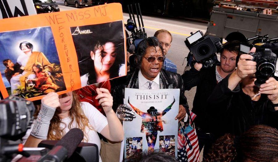 Des fans pressés devant le tribunal de Los Angeles ont réagi après l'annonce de la sentence retenue contre Conrad Murray. L'ancien médecin personnel de Michael Jackson a écopé de la peine maximale pour l'homicide involontaire du chanteur.