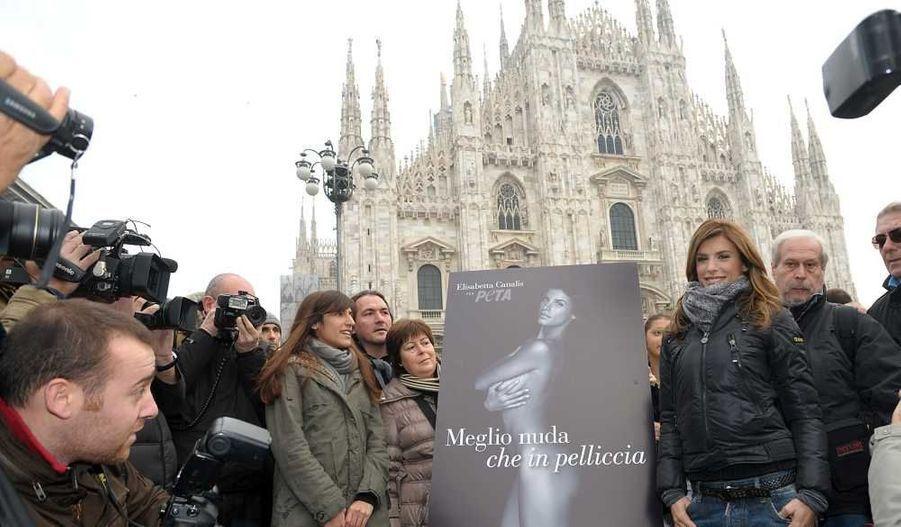 """L'ex compagne de George Clooney, Elisabetta Canalis, dévoile la campagne Peta sur laquelle elle pose nue avec le slogan """"Je préfère être nue que porter de la fourrure"""", Piazza Duomo à Milan."""