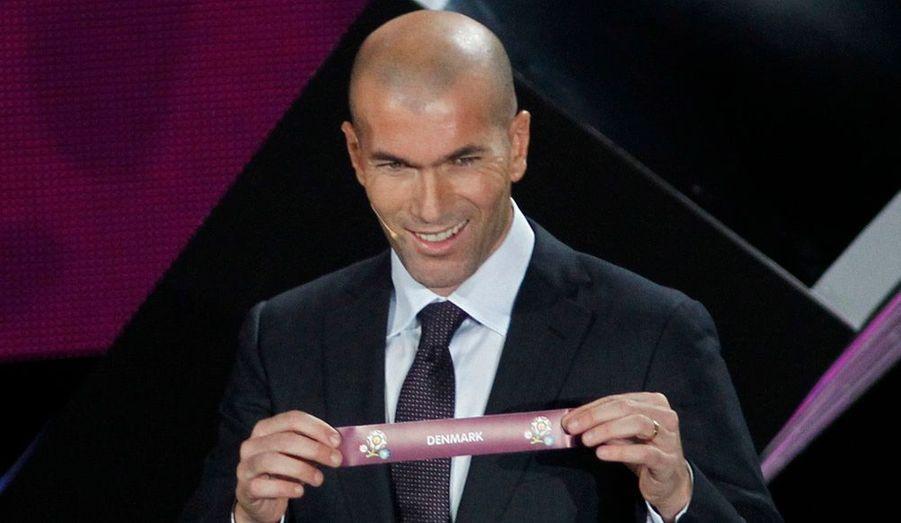 Zinedine Zidane a procédé ce vendredi au tirage au sort de l'Euro 2012. L'équipe de France de football a plutôt été épargnée: la France se retrouve ainsi dans le groupe D, en compagnie de l'Ukraine, pays co-organisateur avec la Pologne, la Suède et enfin l'Angleterre.