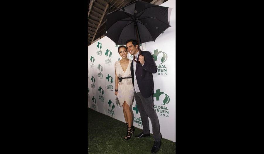 Jessica Alba et son mari Cash Warren à la soirée annuelle de pré-Oscars à Hollywood, malgré la pluie.