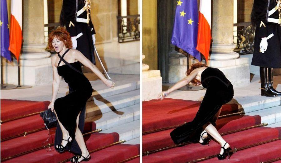 Invitée à l'Elysée à l'occasion de la visite du Président Russe à Paris, Mylène Farmer s'était mise sur son 31 hier pour faire honneur à son pays. Malheureusement, est-ce à cause des hauts talons ou du stress, la chanteuse est tombée à trois reprises lors de la montée des marches....