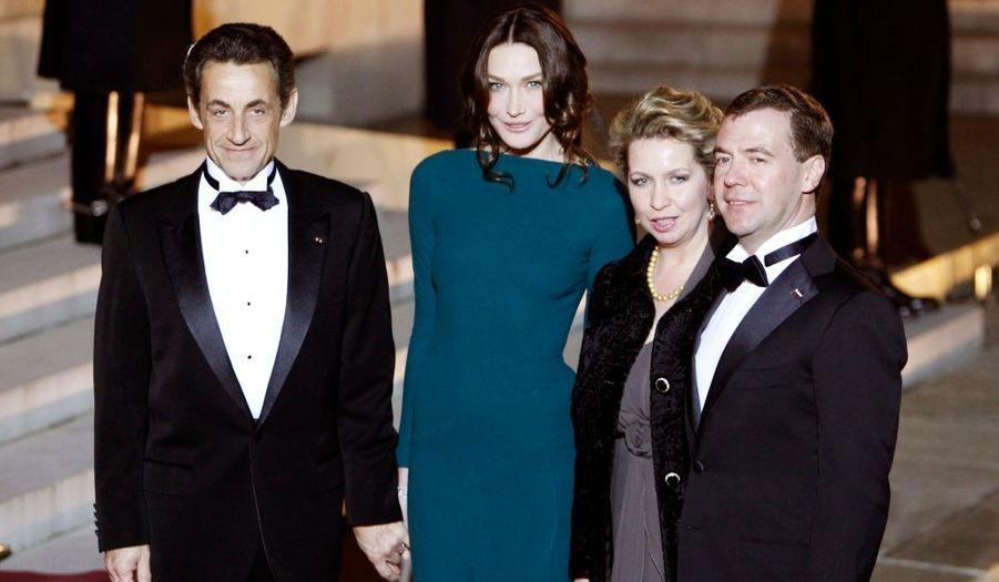 Carla Bruni-Sarkozy a à nouveau fait un sans-faute hier soir, en accueillant le président russe, Dmitri Medvedev, et son épouse Svetlana pour un dîner à l'Elysée. La Première dame était vêtue d'une robe moulante droite bleu canard mettant en valeur sa silhouette de rêve et ses beaux yeux tout en restant classique et sobre.