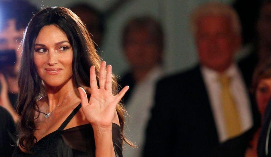 """L'actrice Monica Bellucci pose devant les photographes avant la projection du film """"Un Ete Brulant"""", au 68ème Festival de Venise."""