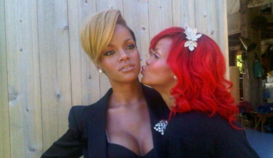 Rihanna a désormais son double… de cire! La musée Madame Tussauds de Washington a accueilli une nouvelle pensionnaire, du nom de Rihanna. Et la star elle-même est allée voir sa statue, et semble l'aimer. La chanteuse de Rude Boy a posté sur Twitter une photo d'elle en train d'embrasser son double de cire… A moins que ce ne soit le contraire. Si la ressemblance est frappante, une seule chose permet de différencier la vraie de la fausse: la coupe de cheveux. En effet, Rihanna a actuellement les cheveux longs et rouge flamboyant, tandis que la jolie statue a les cheveux courts et blonds.