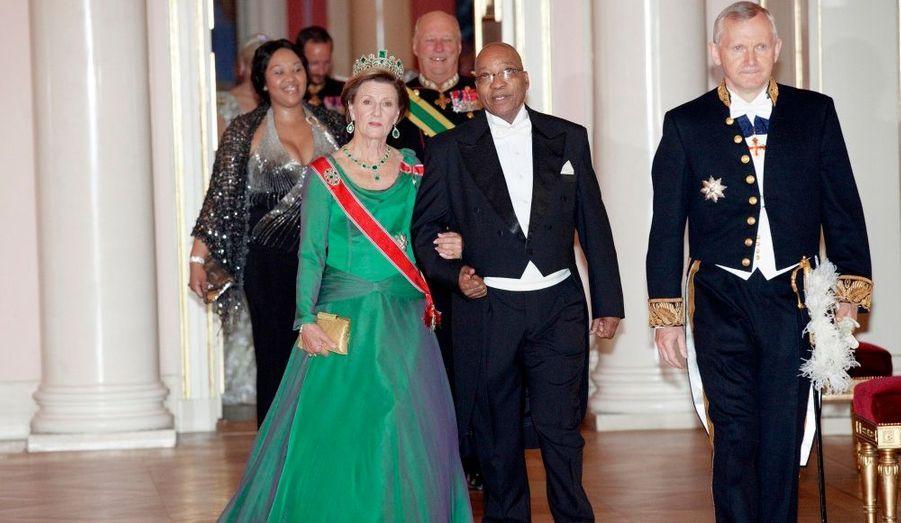 Le président sud-africain Jacob Zuma arrive au bras de la reine Sonja de Norvège à l'occasion d'un gala au château royal d'Oslo. La première dame de l'Afrique du Sud donne, elle, le bras au roi Harald.