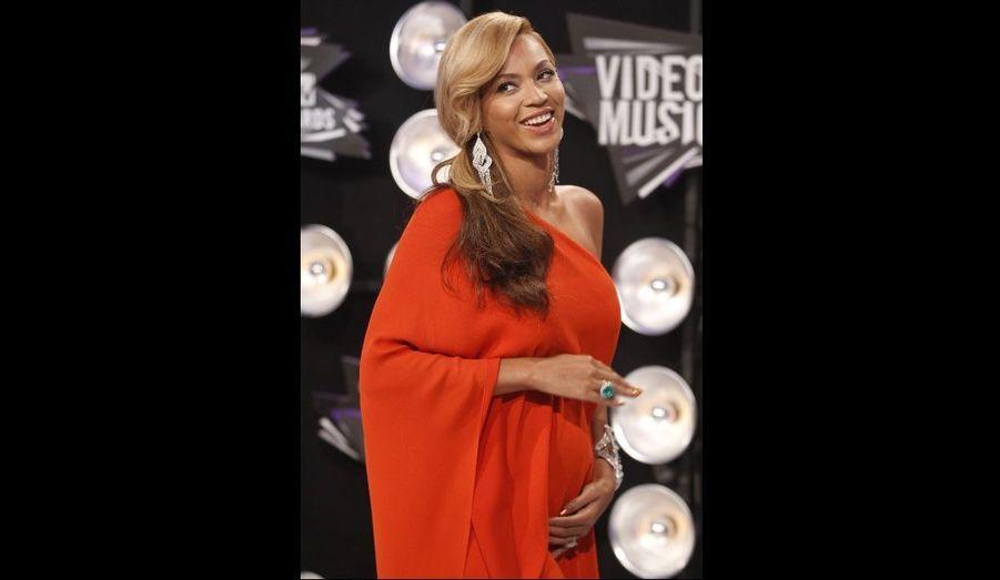 """La chanteuse est enceinte de son premier enfant. A l'occasion des MTV Video Music Awards, Beyoncé a posé devant les photographes les mains sur son ventre, annonçant: """"J'ai une surprise!"""" Son attaché de presse a confirmé la grossesse de la star au magazine People. Beyoncé, 29 ans, et le rappeur Jay-Z, 41 ans, sont mariés depuis avril 2008."""