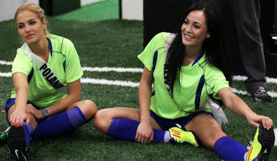 Les concurrentes de Miss Univers s'amusent avant le grand rendez-vous du 12 septembre. De gauche à droite, Miss Pologne 2011 Rozalia Mancewicz et Miss Nouvelle-Zélande, Priyani Puketapu.