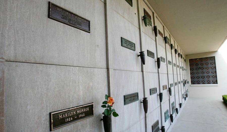 Le tombeau placé au dessus de celui de Marilyn Monroe, au cimetière Westwood Memorial Park, à Los Angeles, a été vendu pour la modique somme de… 4,6 millions de dollars (3,2 millions d'euros). C'est une veuve américaine, Elsie Poncher, qui a décidé de mettre la sépulture de son mari sur le site d'enchères en ligne eBay, afin de rembourser son crédit immobilier.Le nom de l'acquéreur n'a pas été révélé.