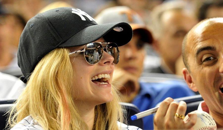 Malgré la casquette et les lunettes, Avril Lavigne a été repérée par un fan hier à un match de basball à New York. La chanteuse lui a gentiment signé un autographe.