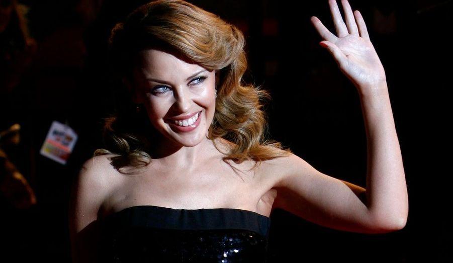 Cette année encore vient d'être publié le classement des personnalités les plus puissantes d'Australie, et c'est la chanteuse Kylie Minogue qui prend la tête de ce top, révèle jeudi le Melbourne Herald Sun. A 41 ans, la belle australienne devance ainsi sa compatriote le top model Elle MacPherson, classée deuxième, qui rencontre actuellement un grand succès avec ses lignes de lingerie et de cosmétiques. L'acteur Hugh Jackman occupe quant à lui la septième place, talonné par les actrices Nicole Kidman (8e) et Cate Blanchett, (11e).