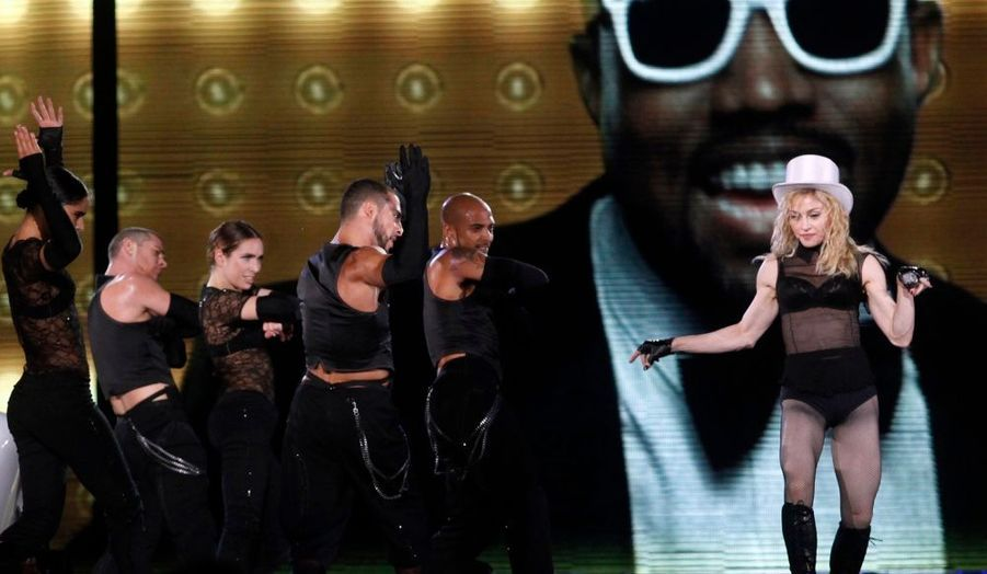 """La chanteuse Madonna poursuit sa tournée européenne """"Sticky and Sweet"""". Hier, elle a donné un concert à Belgrade, en Serbie. On pouvait d'ailleurs apercevoir sur écran géant le rappeur et producteur de hip-hop Kanye West, avec qui elle a collaboré."""
