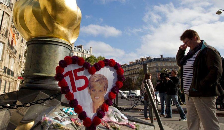 Des dizaines de personnes sont allées se recueillir devant la flamme du Pont de l'Alma à Paris pour les 15 ans du décès de Lady Diana.