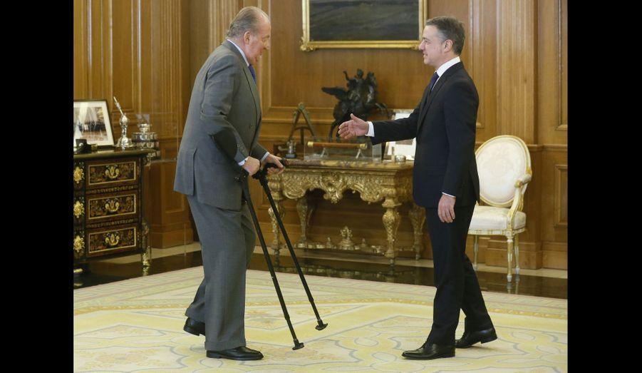 C'est aidé de béquilles que le roi Juan Carlos d'Espagne a reçu le président nouvellement élu du gouvernement basque, Inigo Urkullu.
