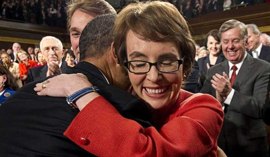 En marge de son discours sur l'Etat de l'Union, le président américain Barack Obama a embrassé la représentant de l'Arizona Gabrielle Giffords, qui a annoncé sa démission du Congrès ce mercredi. La Démocrate de 41 ans avait été grièvement blessée à la tête lors d'une réunion politique le 8 janvier 2011 par un tireur qui avait tué six personnes, dont un juge fédéral et une fillette de neuf ans.