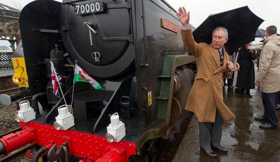Le Prince Charles lors d'une cérémonie de baptême pour la locomotive à vapeur Britannia, à la gare de Wakefield, en Angleterre.
