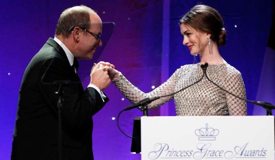 Le prince Albert II de Monaco baise la main de l'actrice Anne Hathaway à l'occasion du 29ème gala de la Fondation Princesse Grace au Cipriani, qu'il a présidé mardi soir à Manhattan.
