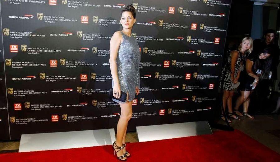 Marion Cotillard a remis un prix hier soir lors de la cérémonie des BAFTA, à Los Angeles. L'actrice française a fait sensation avec sa robe Elie Saab et sa coiffure élaborée.