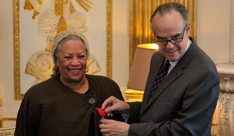 """La romancière Toni Morrison (""""Beloved"""") a été faite ce mercredi Officier de la Légion d'honneur, par le ministre de la Culture, Frédéric Mitterrand."""