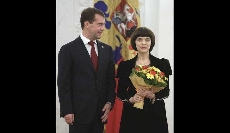 """Le président russe Dmitri Medvedev a décoré Mireille Mathieu hier parmi d'autres personnalités. La chanteuse française s'est en effet vue remettre l'Ordre de l'Amitié lors d'une cérémonie moscovite récompensant les citoyens étrangers qui ont apporté une contribution majeure dans le renforcement de l'amitié, la coopération et le développement des liens culturels avec la Russie. Mireille Mathieu, qui sera en concert à Moscou le 18 novembre prochain, avait déjà reçu en septembre la médaille """"pour le courage et la vaillance"""" décernée par le comité d'enquête du parquet russe, qui n'avait pas pour autant précisé par quels actes elle s'était distinguée."""