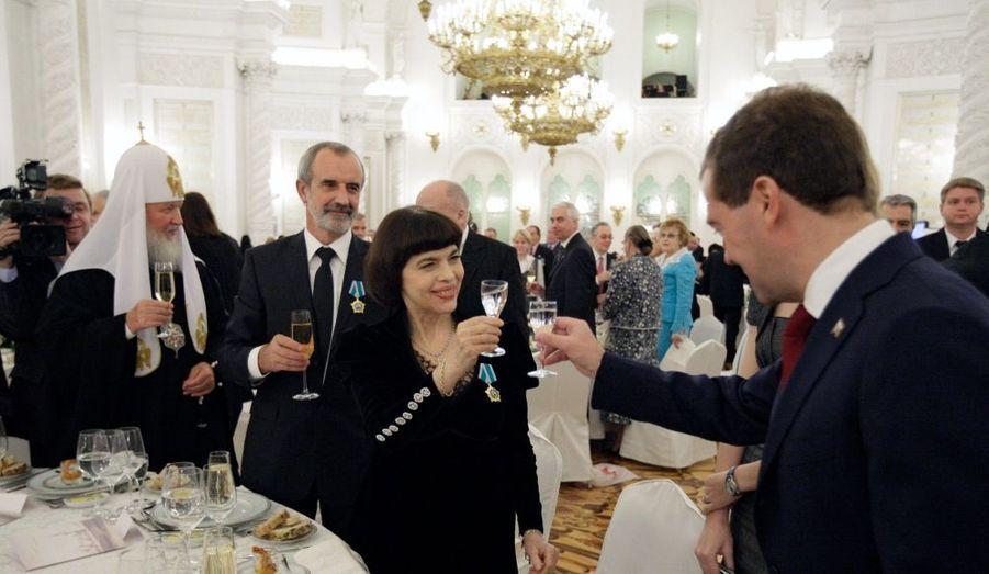 La chanteuse française a été décorée des mains du président russe Dmitry Medvedev de Ordre de l'Amitié pour son apport aux relations franco-russes dans le domaine de la culture. Elle a ensuite participé à un dîner organisé à Moscou.